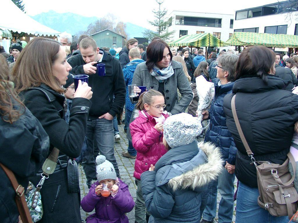 Hunderte Besucher beim Rankweiler Adventmarkt schon am Tag eins.