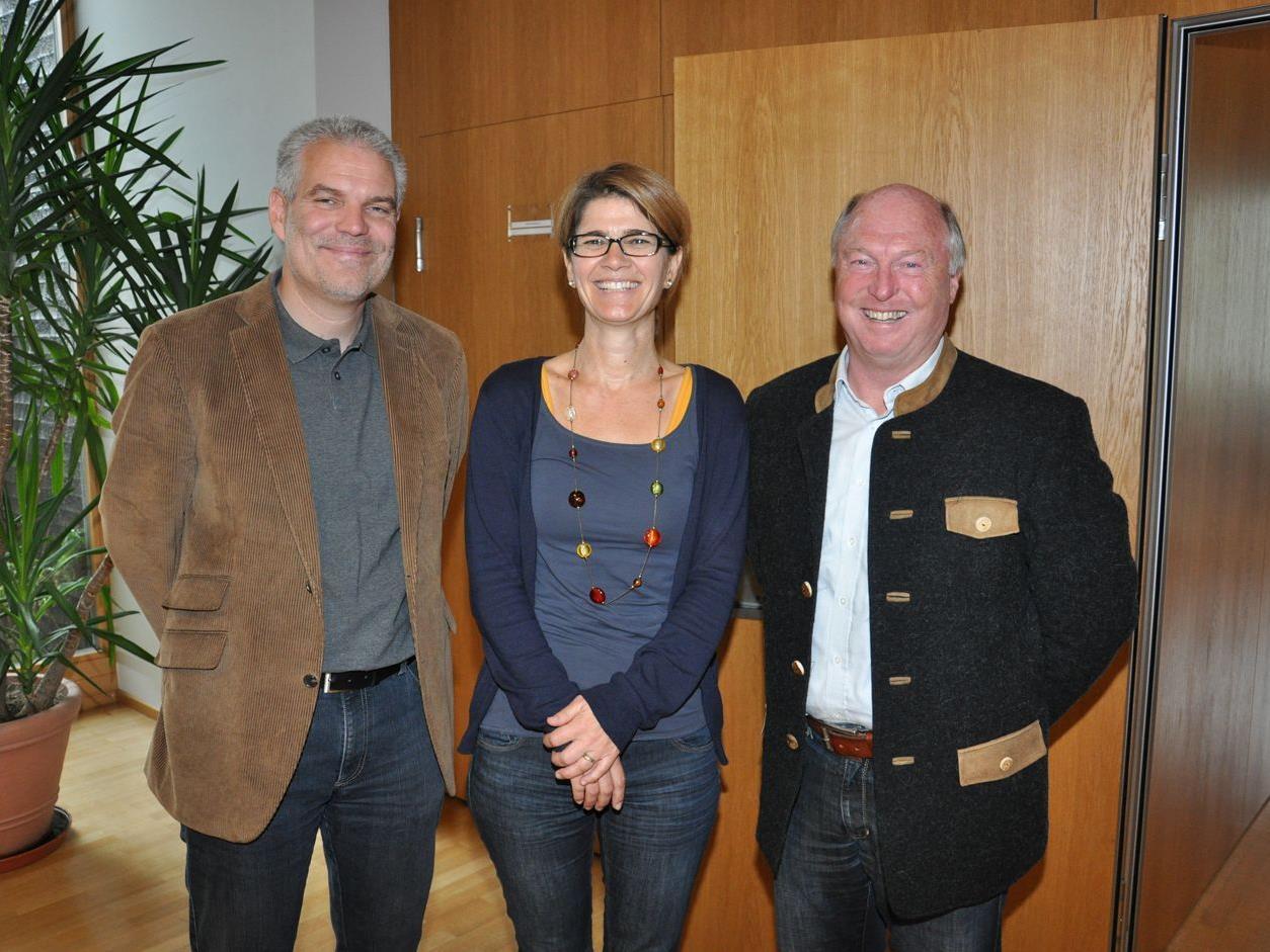 Thomas Müller und Heike Mennel (Kinder in die Mitte) mit Bürgermeister Egon Troy.