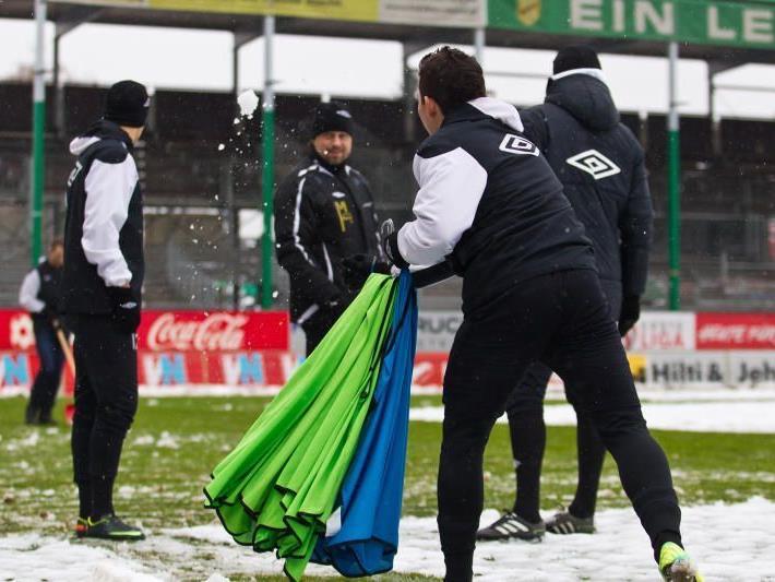 Das Reichshofstadion musste zweimal vom Schnee befreit werden, das Spiel findet statt.