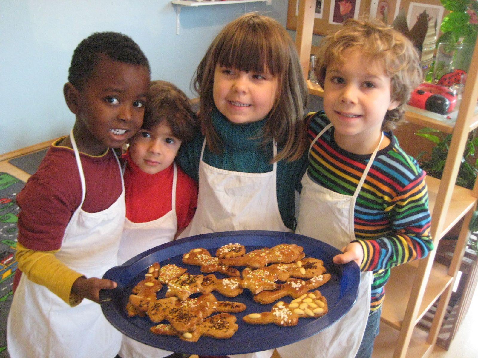 Im Bewegungskindergarten Merowinger werden fleissig Kekse gebacken.