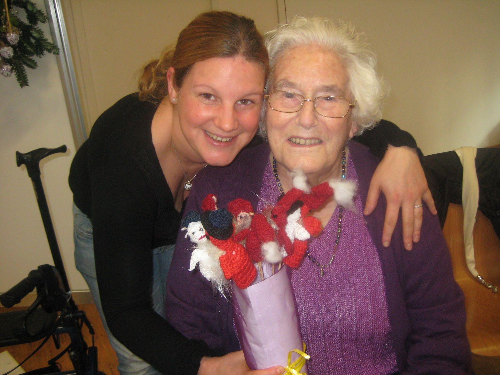 Maria mit ihrer Oma und mit 92 Jahren älteste Ausstellerin Anna.