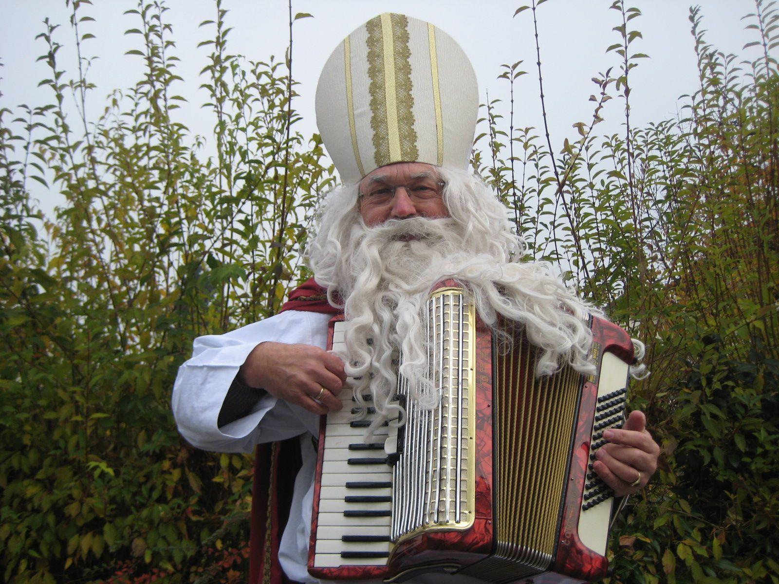 Auch heuer in Rankweil unterwegs ist der auf seiner Handorgel spielende Nikolaus.