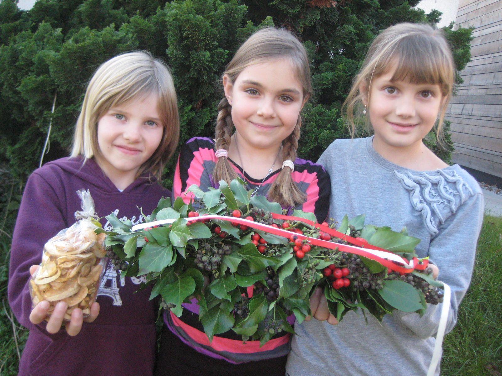 Es werden feine Kekse sowie dekorative Kränze angeboten (Im Bild: Elena, Pia und Naomi).