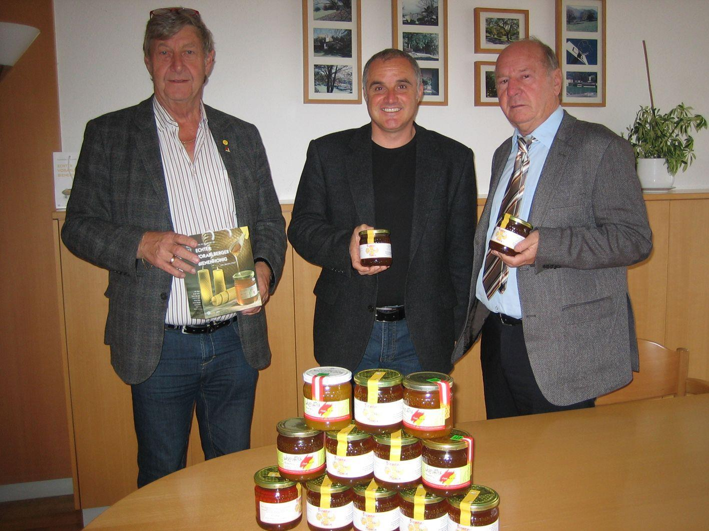 Emil Böhler, Manfred Ganahl und Dr. Egon Gmeiner bei der Honigübergabe.