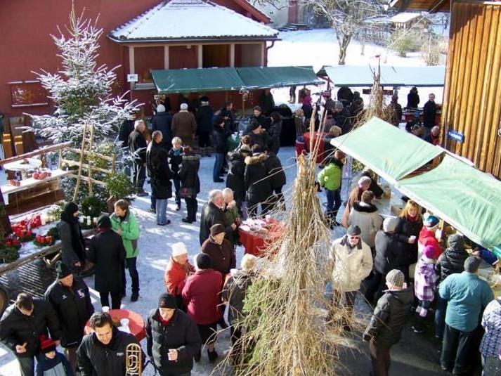 Adventmarkt in Röns am Kirchplatz
