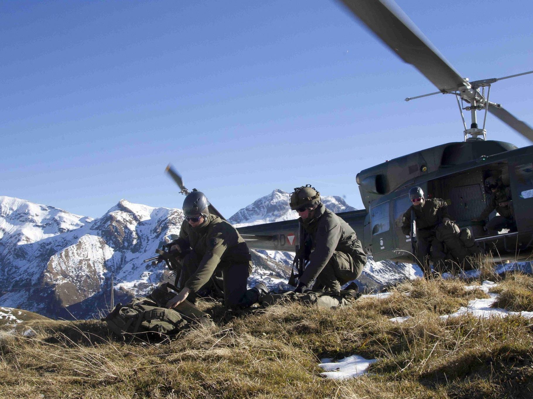Im Mittelpunkt der Übung stehen Hubschraubertransporte und das Übernachten im Zelt.