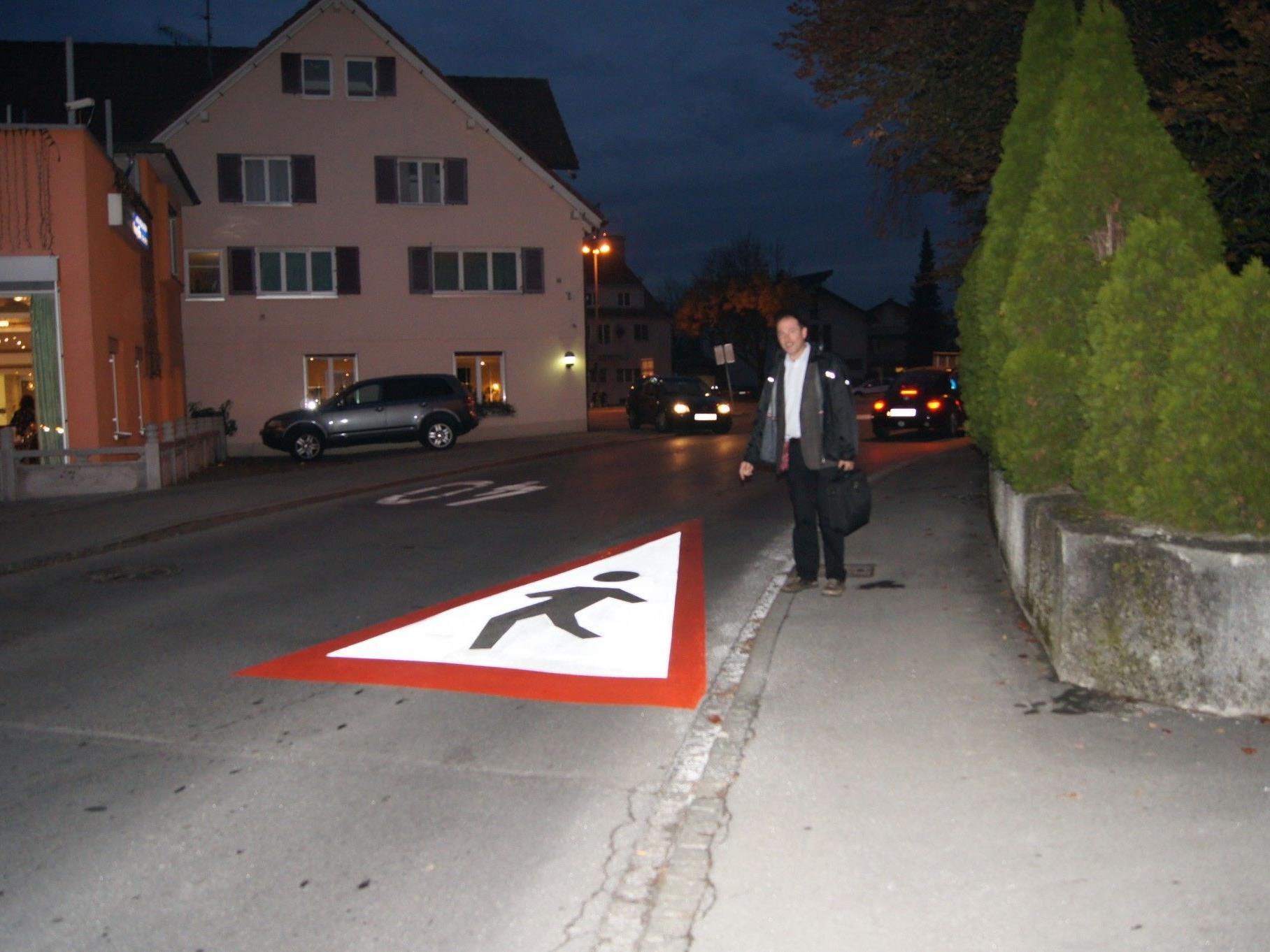 Auch in der Dunkelheit gut sichtbar: Die neue Bodenmarkierung vor dem Engel-Kreis-Verkehr.