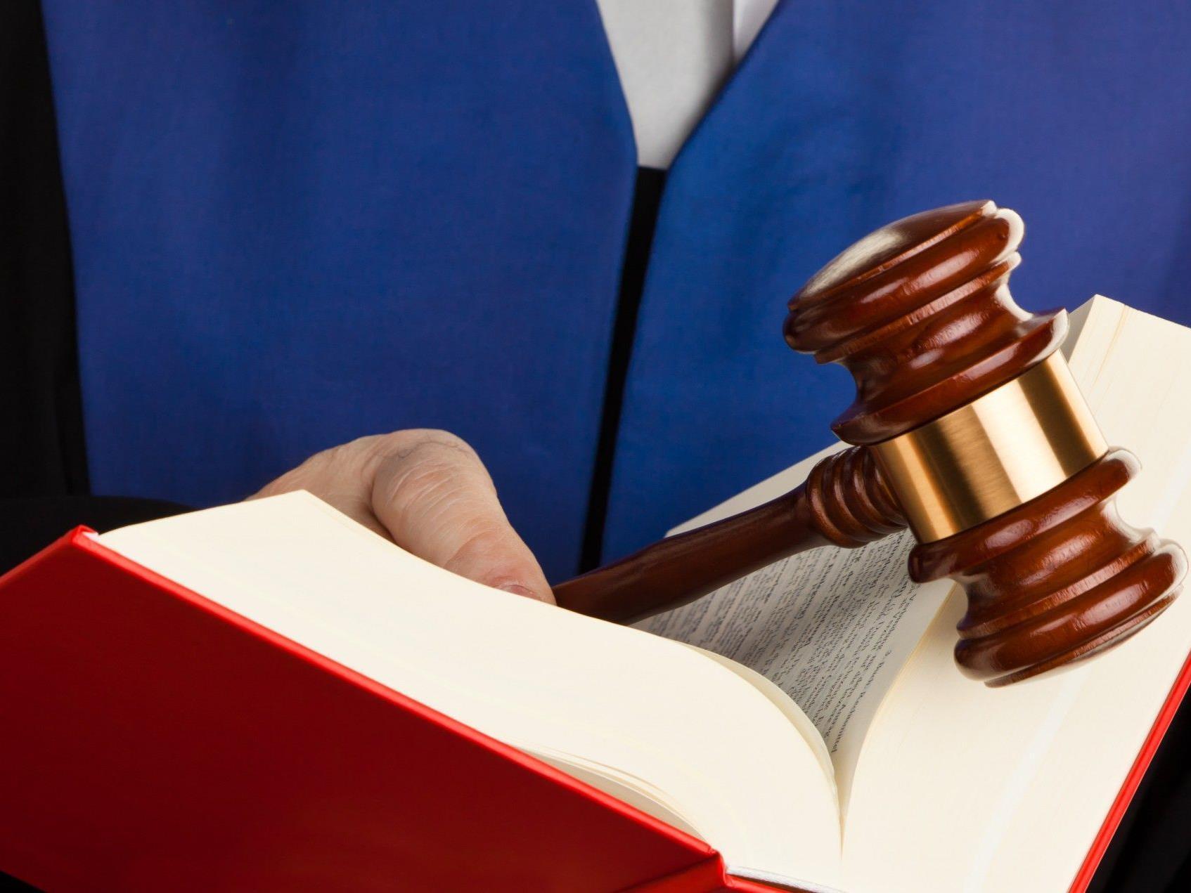 Nasenbeinbruch in Bar-Toilette: Geldstrafe wegen schwerer Körperverletzung.