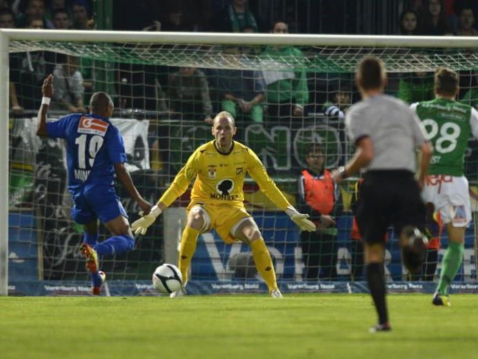 Alexander Kofler, hier im eins gegen eins mit Horns Mineiro, freut sich auf sein Comeback.