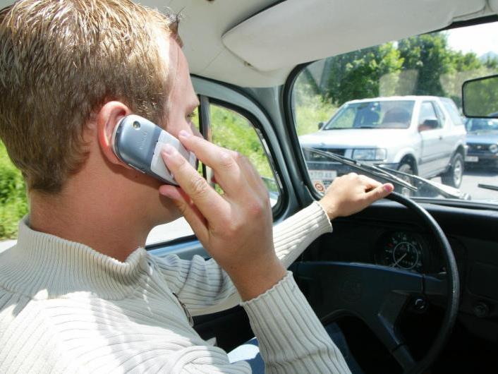 Telefonieren am Steuer ist kein Kavaliersdelikt.