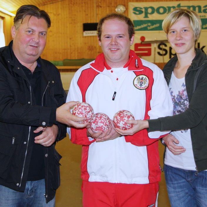 Sportstadtrat Friedl Dold verabschiedete den Boccia-WM-Teilnehmer Philipp Wolfgang und drückt die Daumen.