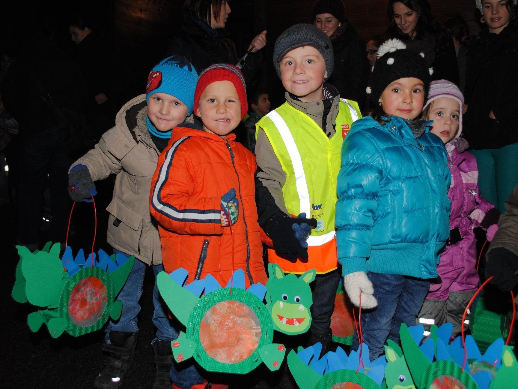 Die Kinder präsentierten stolz ihre gebastelten Laternen