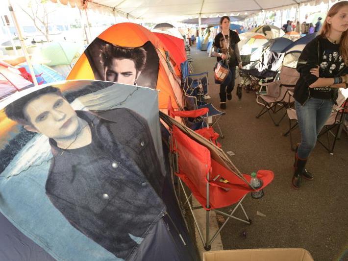 Manche der Fans campen schon seit dem Donnerstag beim Premierenkino.