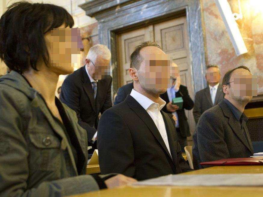OLG Linz: Jüngerer Bruder des Hauptangeklagten (Mitte) muss keinen zusätzlichen Schadenersatz bezahlen.
