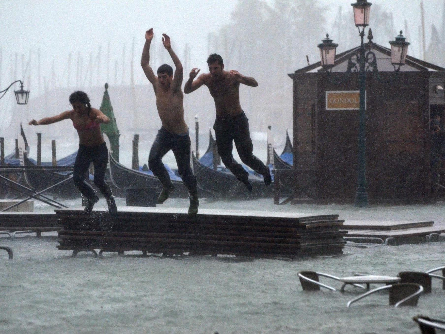 Das Hochwasser in Venedig nutzten einige Touristen, um auf dem Markusplatz zu baden.