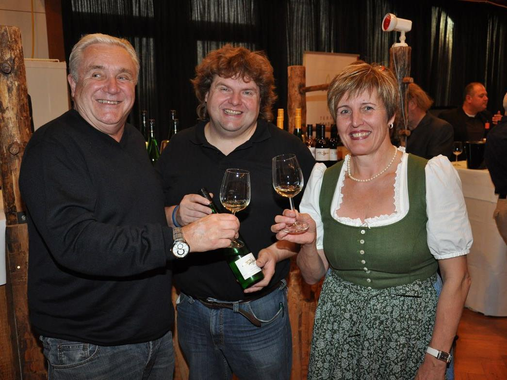 Weingenuss mit Marie-Luise Dietrich (re) und dem Kremser Winzer Meinhard Forstreiter (Mitte)