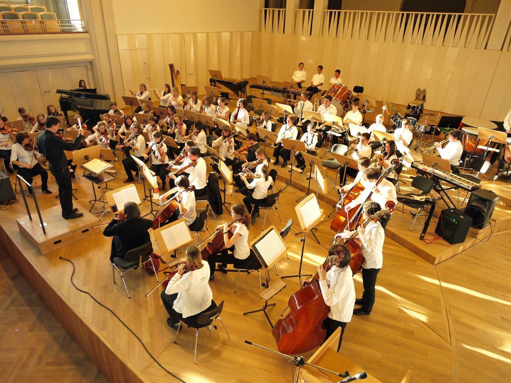 Das Orchester der Musikschule Bregenzerwald wirkt beim Adventkonzert in Mellau mit.