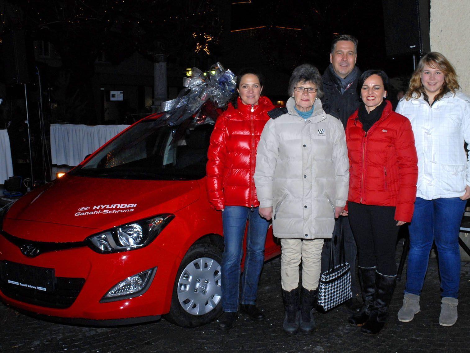 Den Hauptpreis des WIGE-Adventgewinnspieles, ein Hyundai i20, gewann Frau Edelburg Kogler (2. v. l.) aus Bartholomäberg.