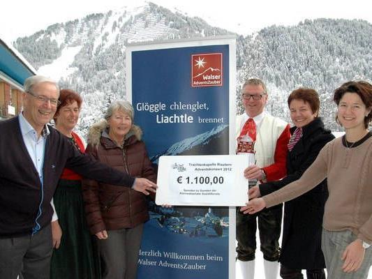 Günter Berchtold (4. v. li.) übergab 1.100 Euro an die Walser Sozialdienste.