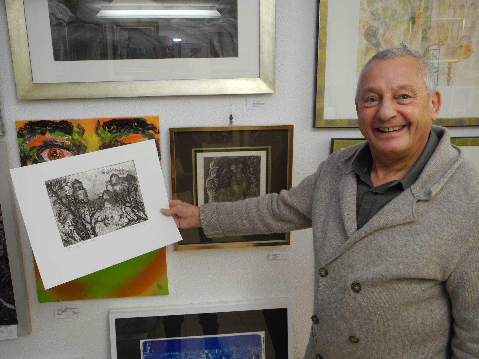 Galerist Werner Gamper zeigt eine Zeichnung des Liechtensteiner Künstlers Hanspeter Leibild