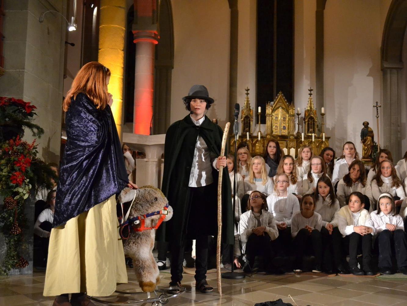 Die Schülerinnen der Musikklassen der VMS am Institut St. Josef, die Lehrpersonen, die Familienmusik Willam und die Theatergruppe der 4a.die Bevölkerung ganz herzlich zum Adventsingen ein.