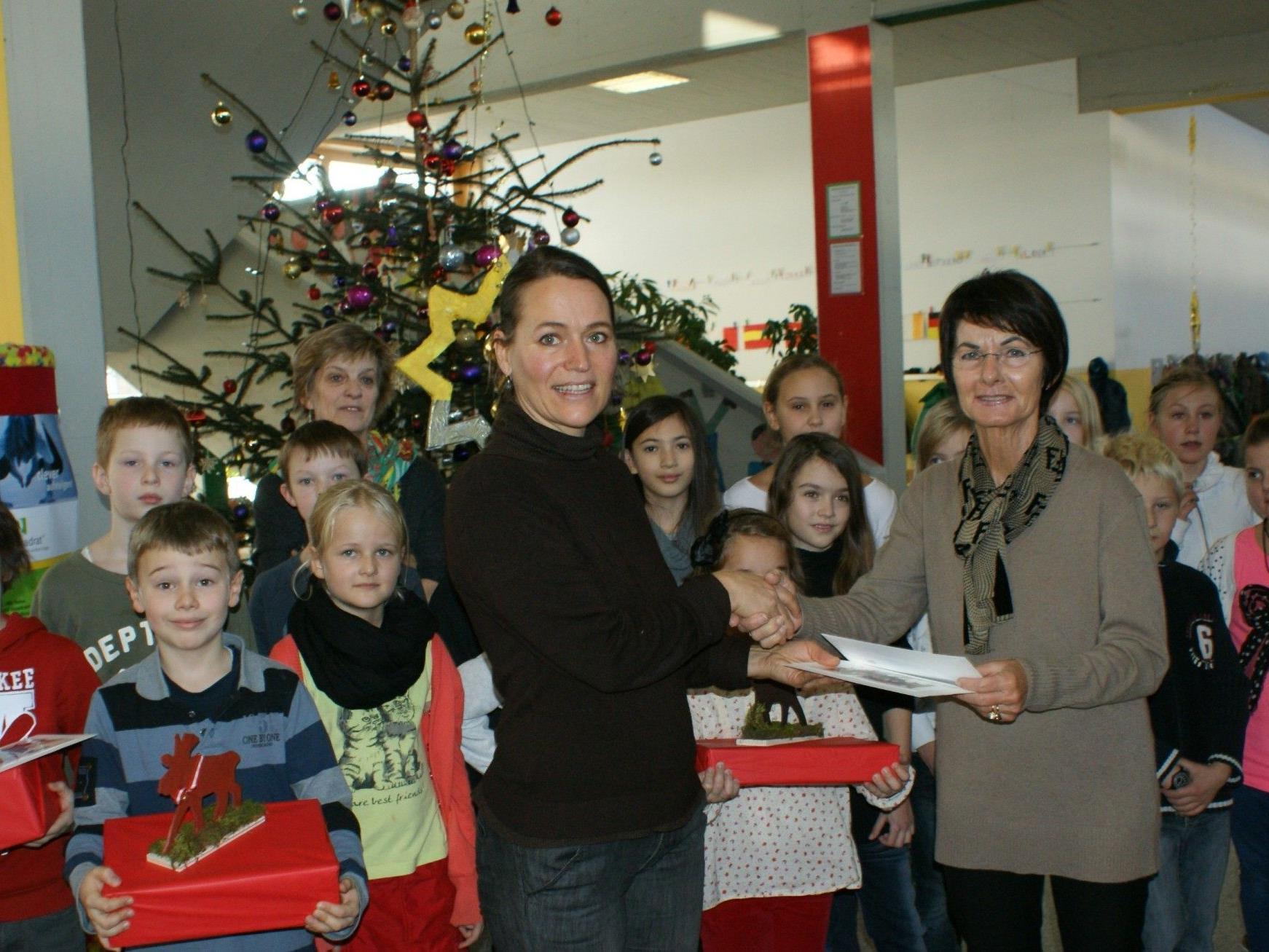 Birgit Riedmann überreicht die Spende Inge Sulzer