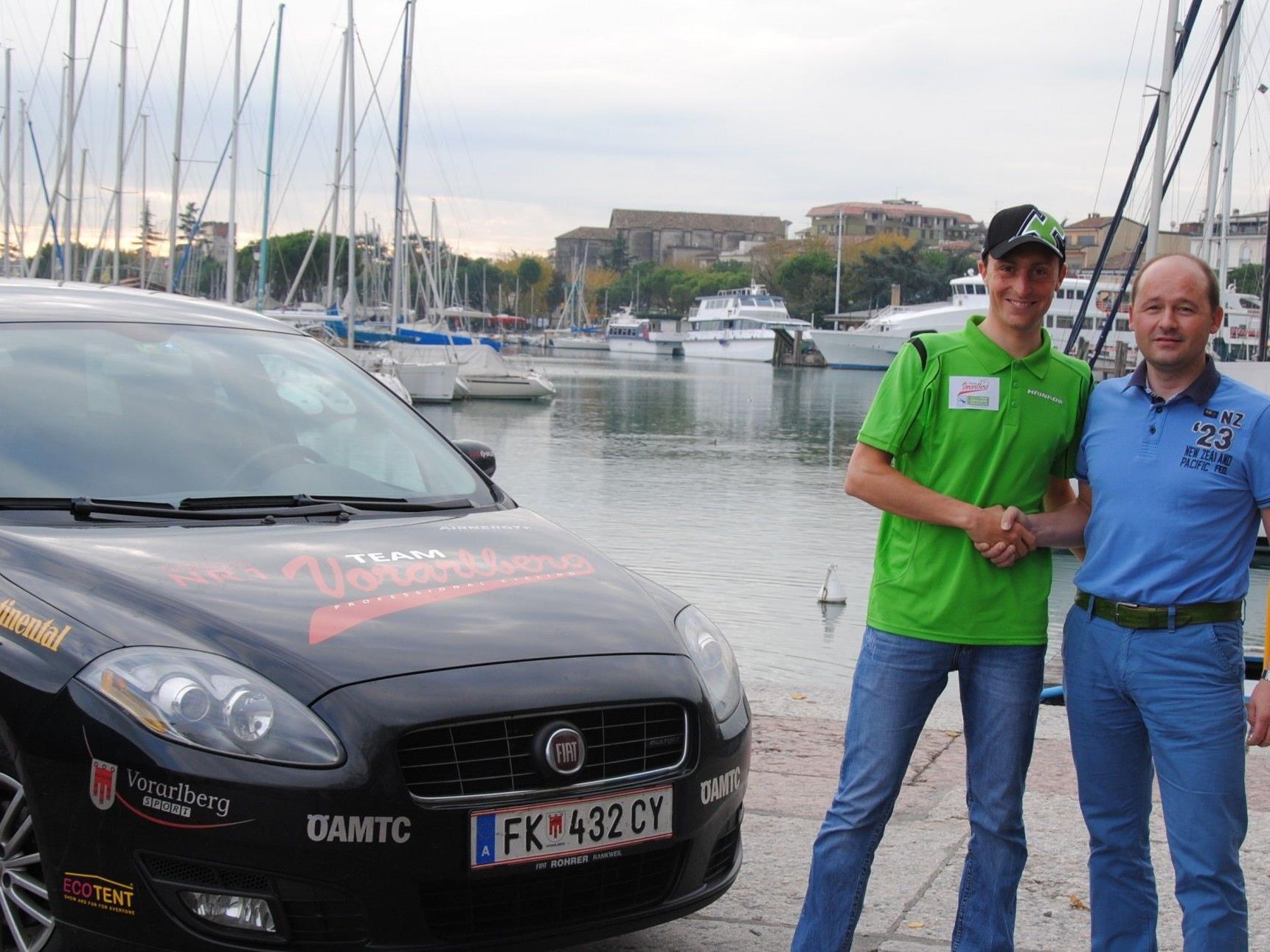 Die neue Leitfigur Lubos Pelanek mit Teammanager Thomas Kofler bei der Vertragsunterzeichnung.