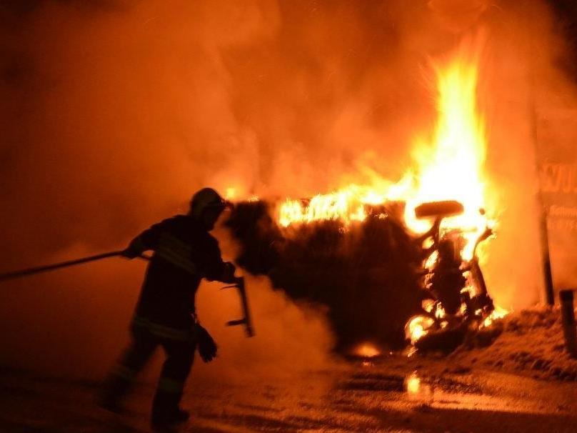 Der junge Alkolenker wurde aus dem brennenden Auto gerettet.