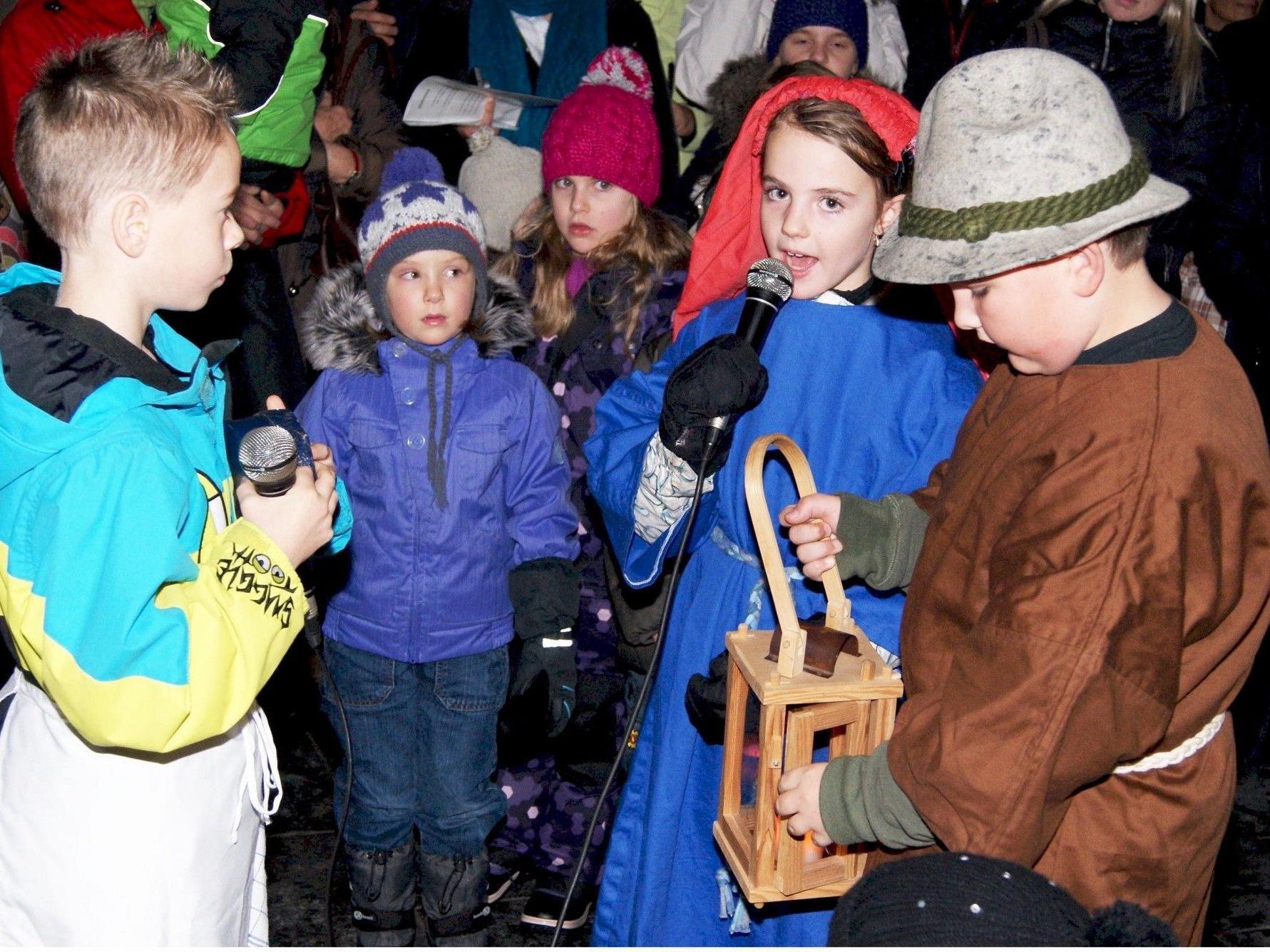 Zur Öffnung des Adventfensters zeigten die Kinder ein kleines Krippenspiel.