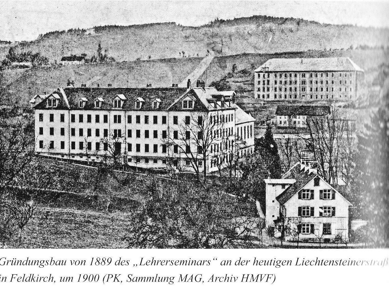 Das Lehrerseminar um 1900 in Tisis an der Liechtensteinerstraße, im Hintergrund das alte Antoniushaus
