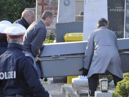 Bei der Exhumierung der Leichen nach den Arsen-Morden