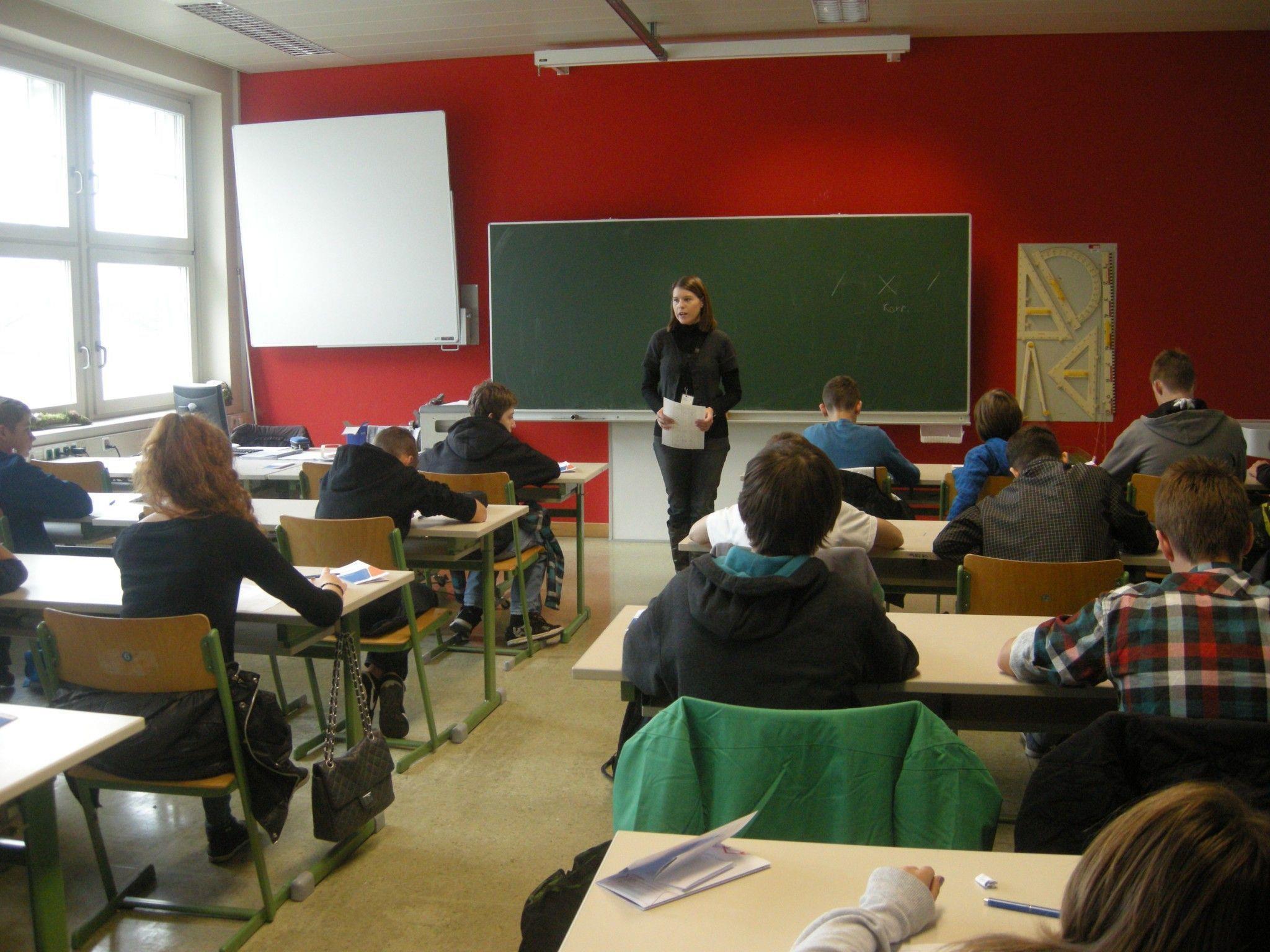 BIFO-Bildungsberaterin Susanne Gächter erklärt die Aufgaben und führt durch den HTL-Check.