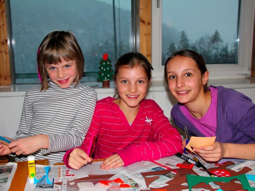BU: Lisa, Julia und Janina hatten viel Spaß beim Schneiden und Kleben