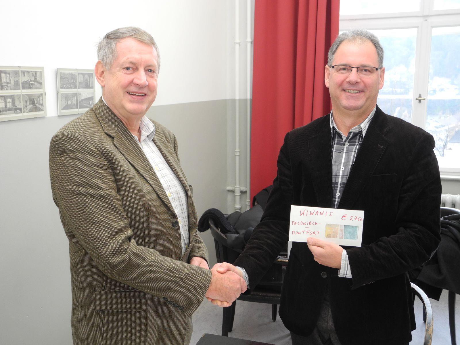 """(l.) Charity Präsident Arnold Ess überreicht Helmut Madlener, dem Geschäftsführer des """"Schulträgerverein der Kreuzschwestern Institut St. Josef"""" die Spende."""