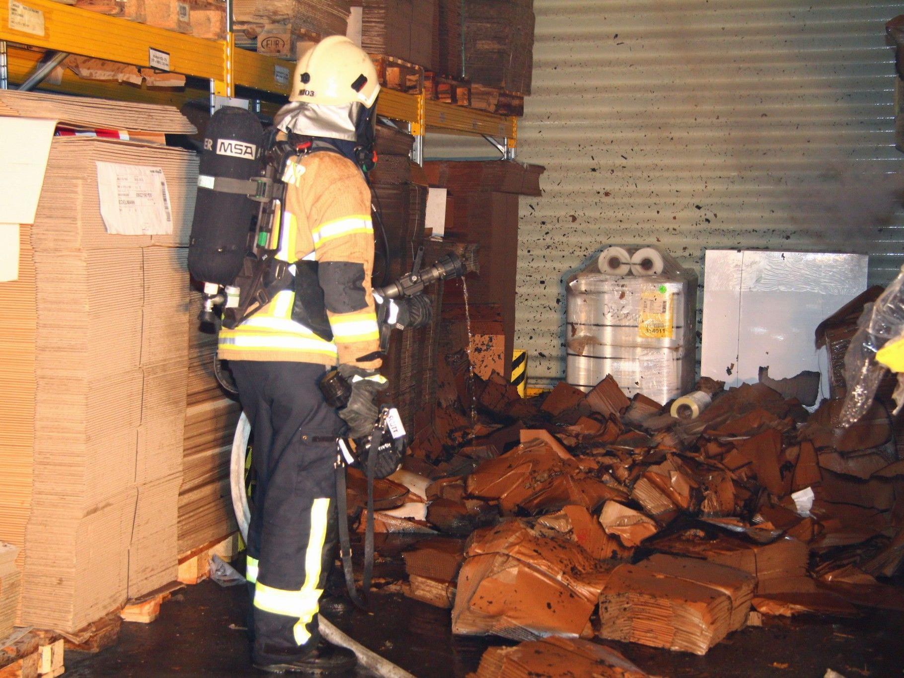 Kartons gerieten aus unbekannter Ursache in Brand.