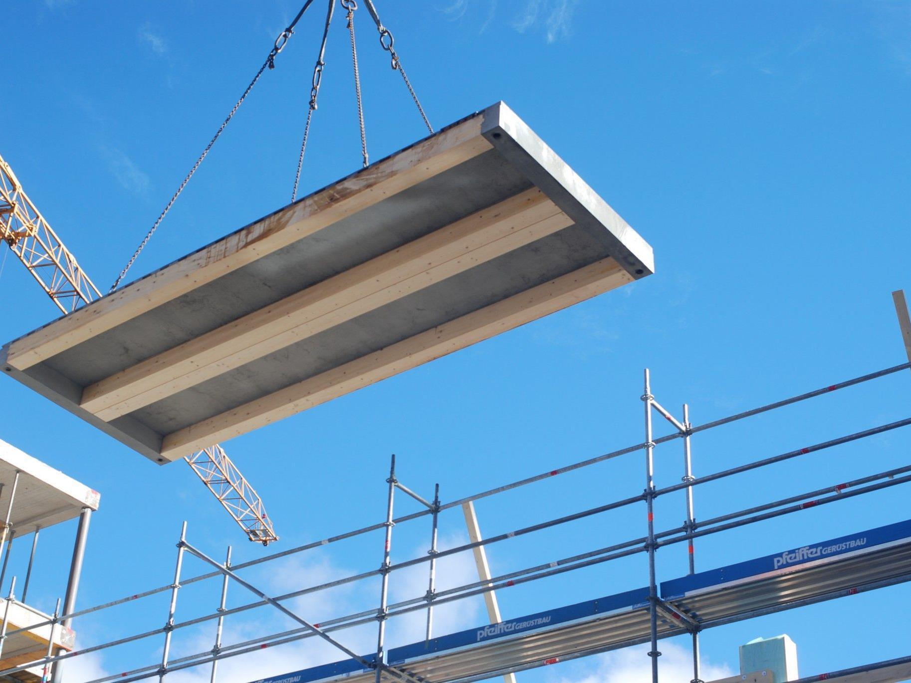 Montage der Hybridplatten im Illwerke-Zentrum Montafon.