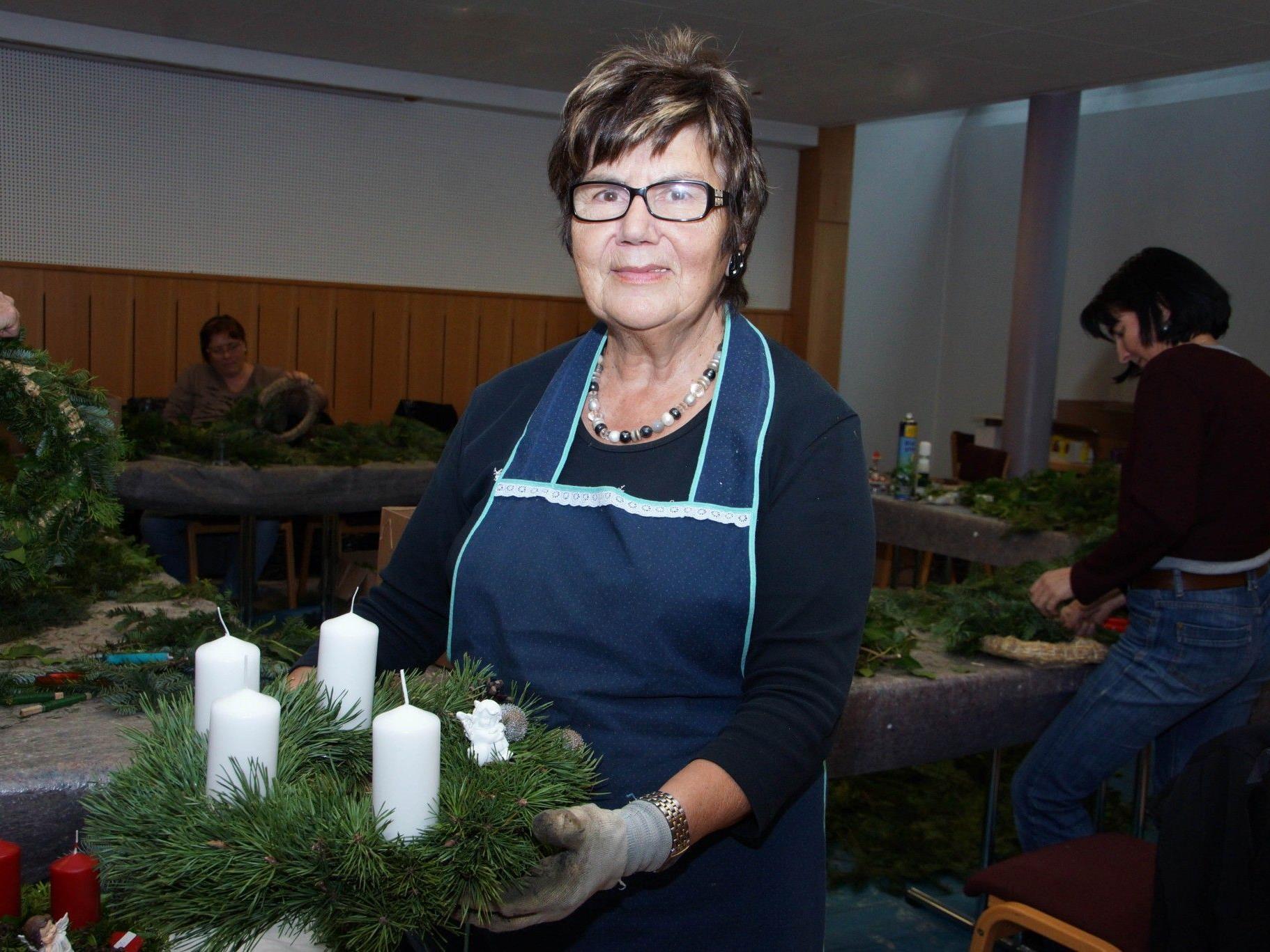 """Der Adventkranzverkauf der Frauenrunde rund um Lotte Getsch ist immer wieder ein """"Renner""""."""