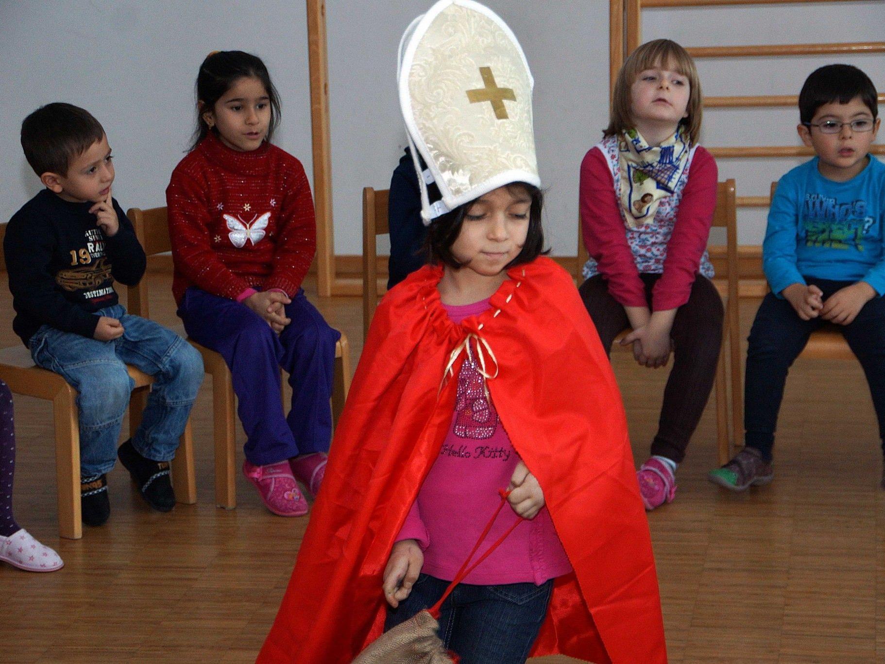 Die Legende vom St. Nikolaus wurde von den Kindern nachgespielt.