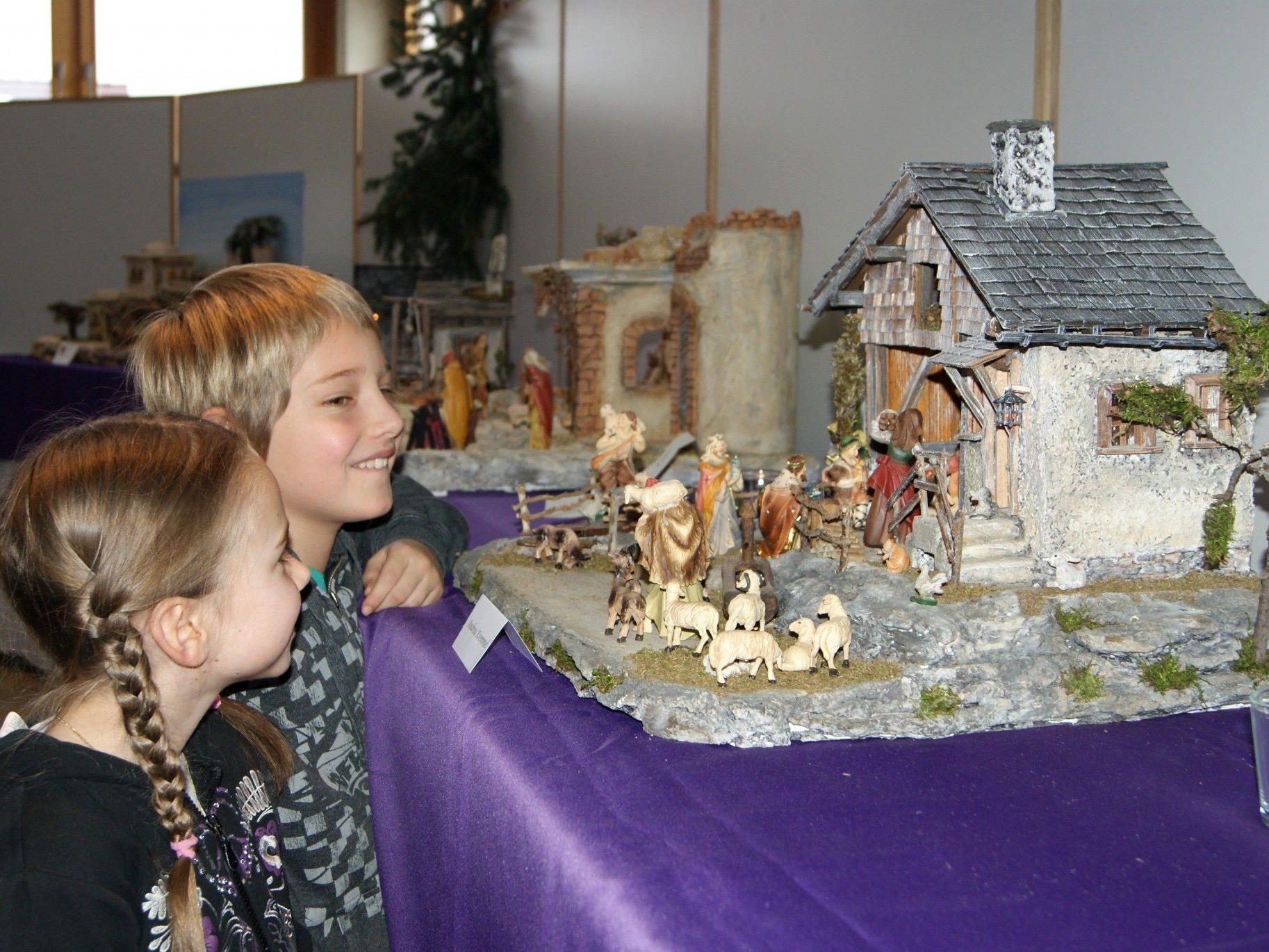 Selbst die Kinder fanden die einzelnen Krippen faszinierend.