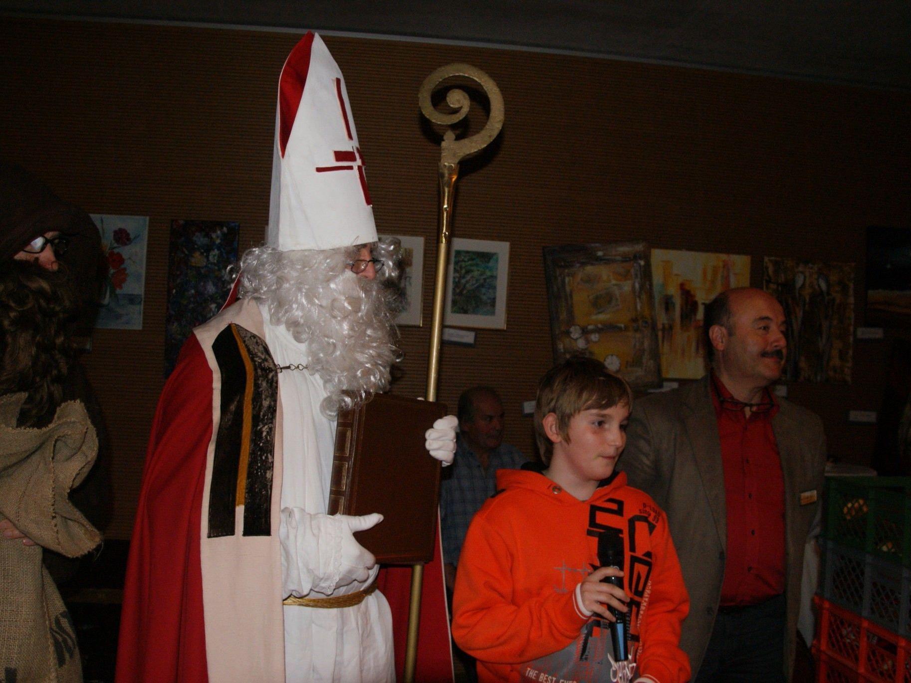 die Kinder vom Schulchörle brachten dem Nikolaus Gedichte vor