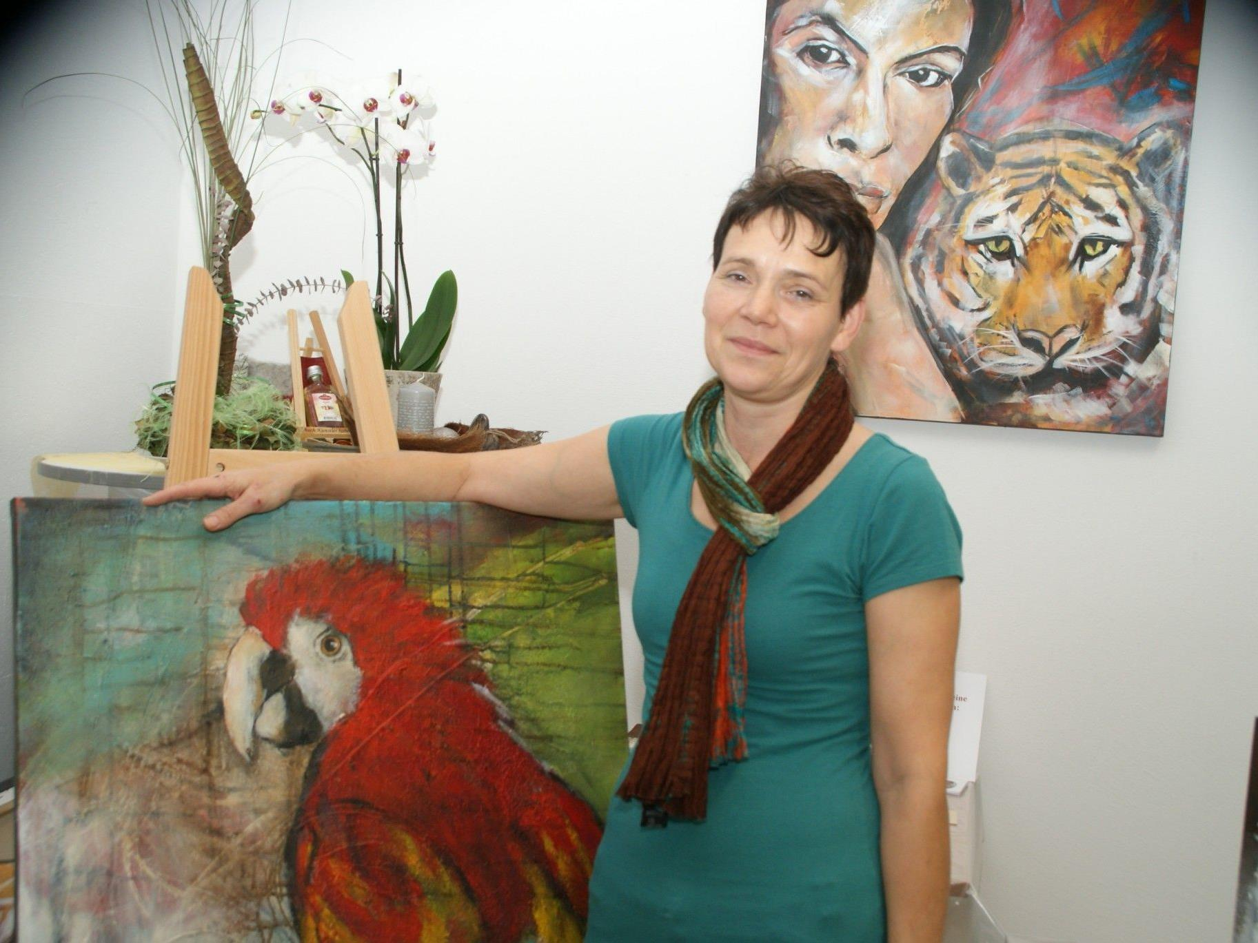 """Sonja Meusburger mit ihrem Lieblingsbild, dem """"Papagei"""""""