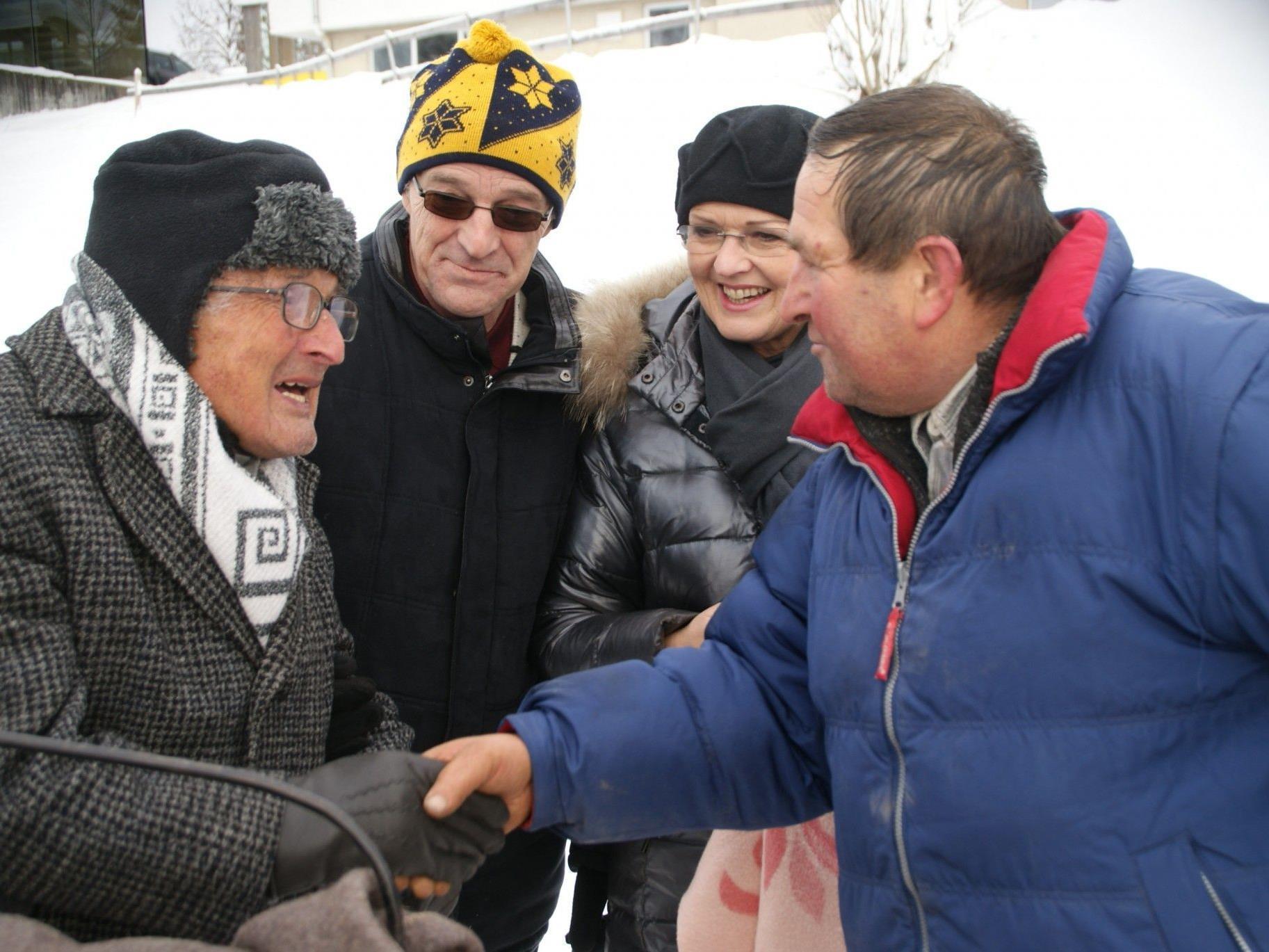 Franz-Peter Vögel begrüßt Tone Steiner und dessen Familie
