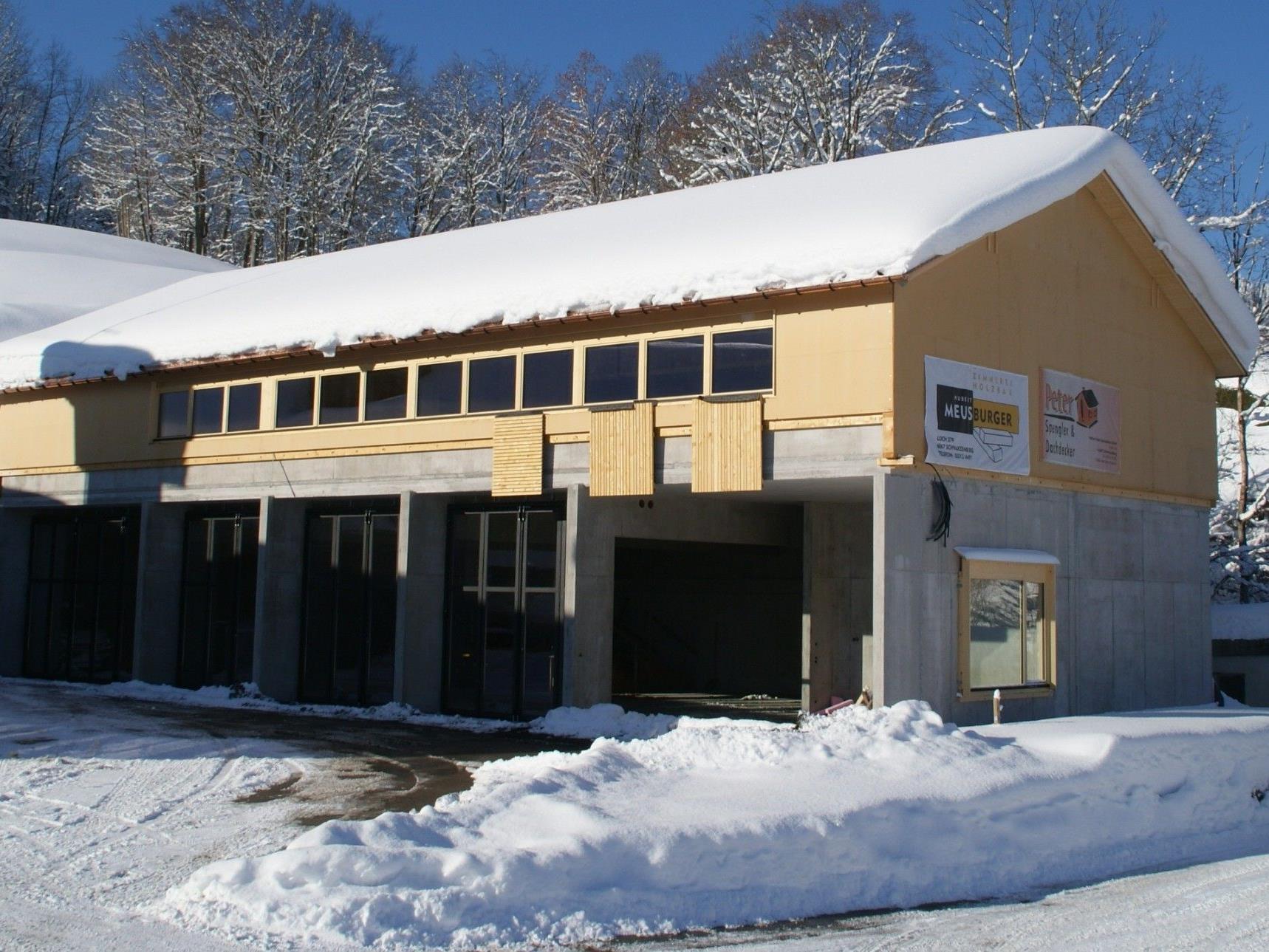 Das neue Feuerwehrhaus in Schwarzenberg fügt sich harmonisch in die Landschaft ein.