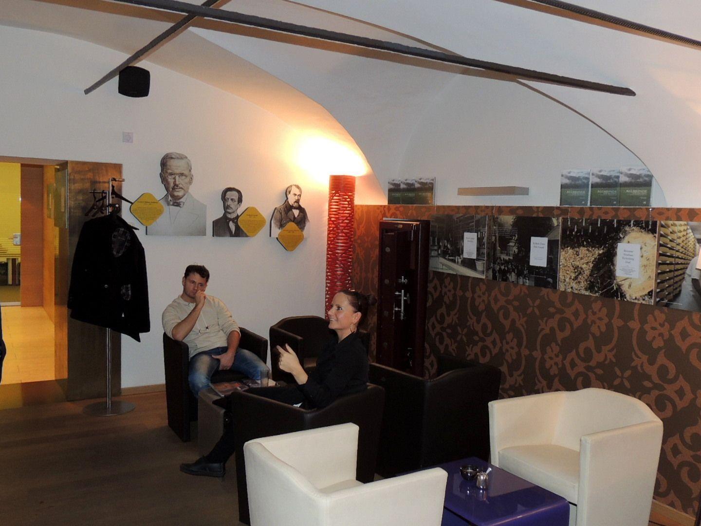 Besichtung im Raika Cafe