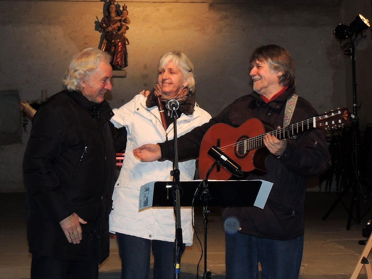 """Mag. Gunnar Breuer, Organisator von """"Weihnachten in der Oberstadt"""" wurde vom Musikerduo John-Verena Gillard spontan zur rhythmischen Begleitung engagiert"""