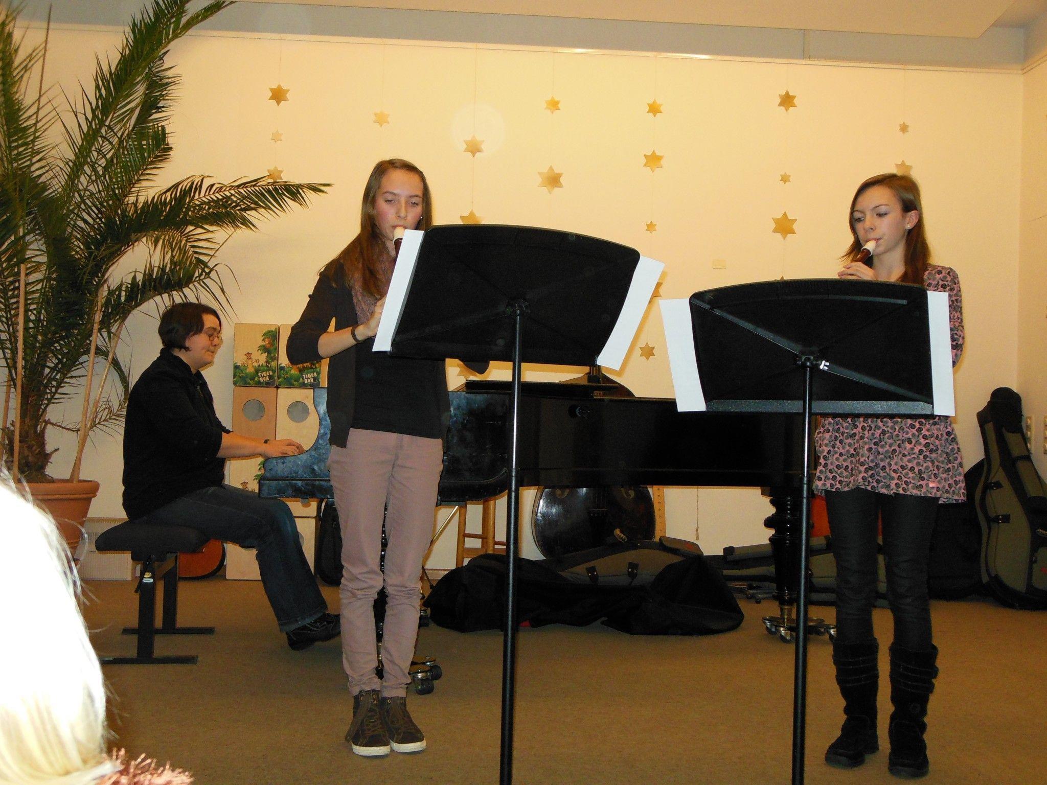 """Lea Grabher (l.) und Charlotte Mille (r.), begleitet von Margit Arda am Klavier, verzauberten mit """"Fantasie"""" von J. Hotteterre."""