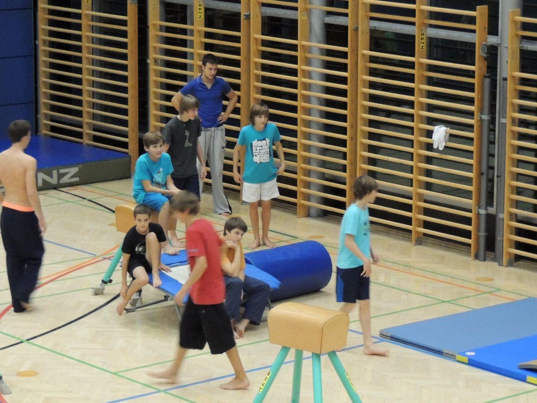 Jugendliche nutzen das Freizeitangebot in der Halle