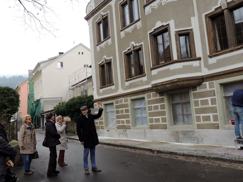 Stadtarchivar Thomas Klagian erläutert die wechselvolle Geschichte des Edelsitzes