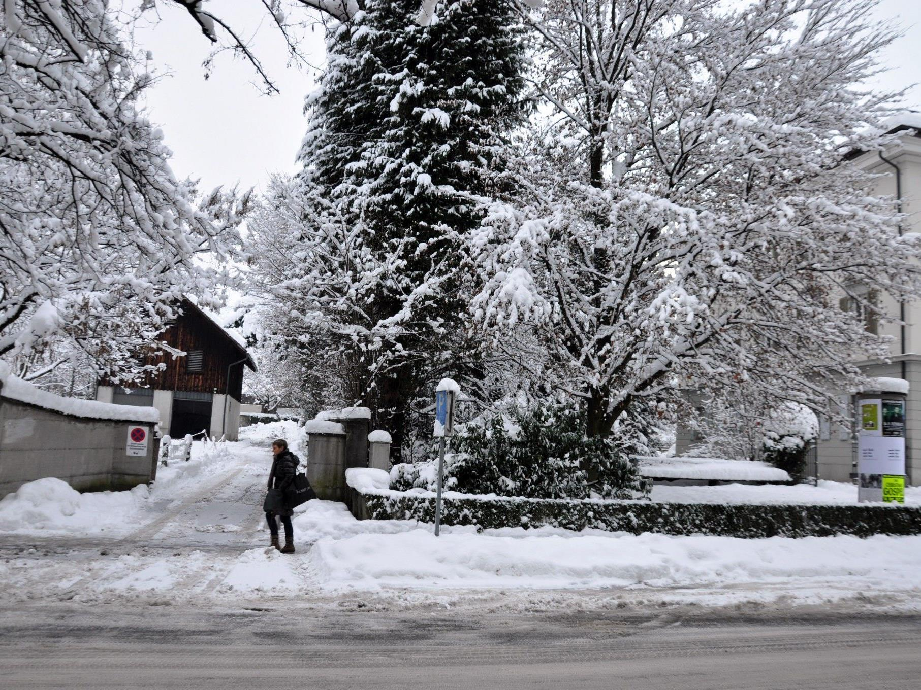 """Der Standort des geplanten Kindergartens """"Marktstraße"""" befindet sich zwischen dem Gemeindehaus und dem Kapuzinerkloster."""