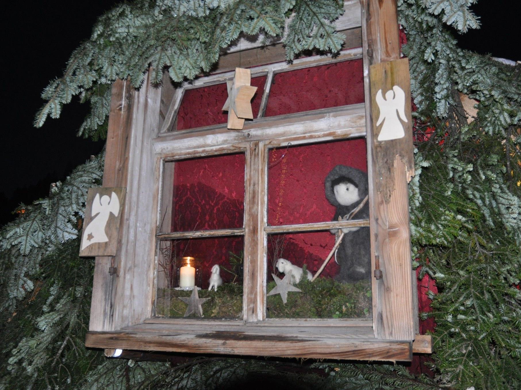 Das tolle  Adventsfenster ist in einem Schneeiglu eingebaut.